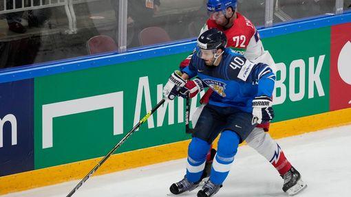 Petteri Lindbohm a Filip Chytil ve čtvrtfinále Česko - Finsko na MS 2021