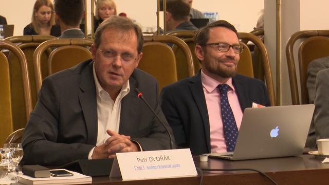 Politici ovlivňují nezávislost ČT. Třeba Klaus jr. přes Déčko, tvrdil na semináři ředitel České televize Petr Dvořák.