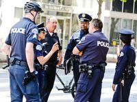 Nahý muž v kavárně v USA zastřelil čtyři lidi, policii stále uniká. Je nebezpečný a duševně nemocný