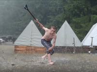 Nejúspěšnější skautské video všech dob natočily Ještěrky z Domažlic. Klouzačka v bahně obletěla svět