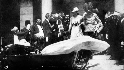 František Ferdinand d'Este s Žofií Chotkovou před sarajevskou radnicí. Krátce před atentátem.