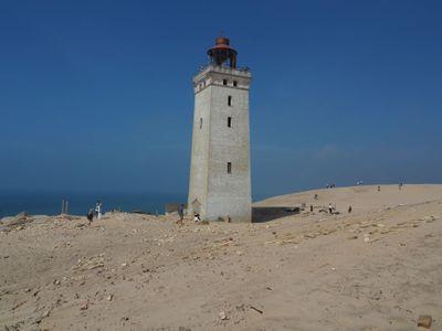 Fotky: Poušť na severu Evropy. Dánské pobřeží zasypal písek, maják se po 118 letech řítí do moře