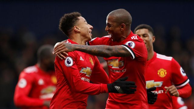Jesse Lingard a Ashley Young se radují z gólu United na hřišti West Bromwiche.
