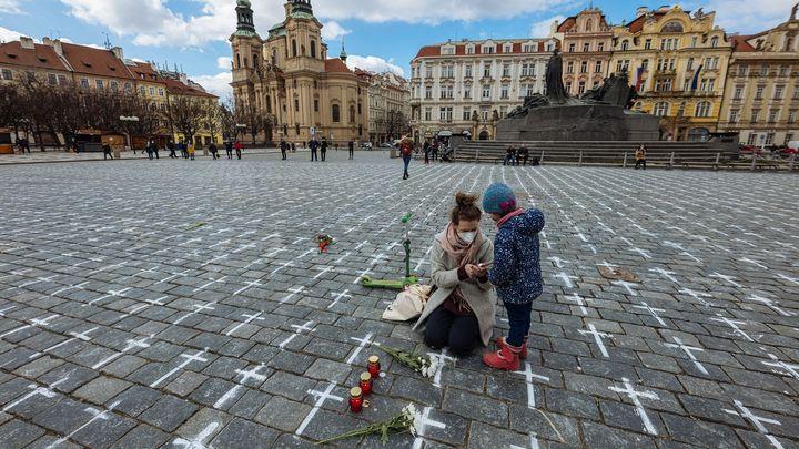 Když kříže na Staroměstském náměstí dostanou jména. Lidé spontánně uctívají zemřelé
