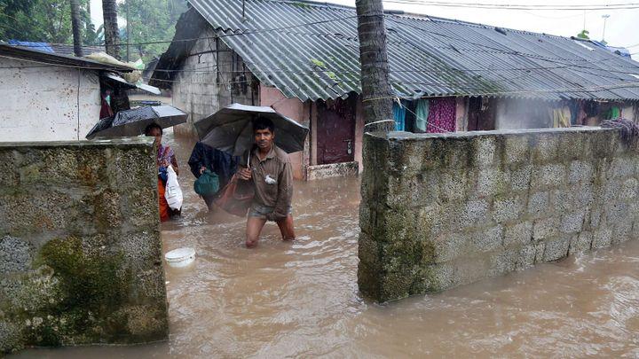 Povodně na jihu Indie mají už 324 obětí. Lidé prchají do hor, aby záplavám unikli