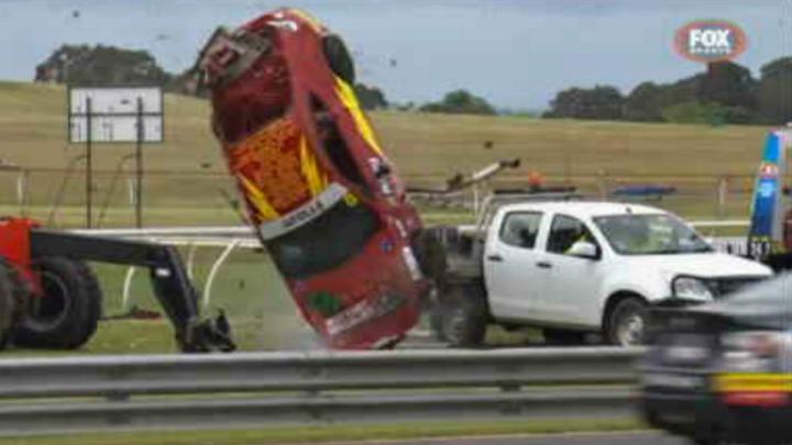 Video: Závodní Toyota šla v Austrálii šestkrát přes střechu a trefila auto záchranářů