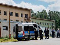 Z tábora v Bělé odvezli kvůli bezpečnosti rodiny s dětmi