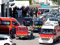 Policie našla v supermarketu po útoku výbušniny a zbraně, atentátník měl doma zprávu na rozloučenou