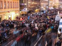 Obrazy ze 17. listopadu: Kdo špitl, že nechce stát vedle Okamury. Koncert o jediné písni jako finále