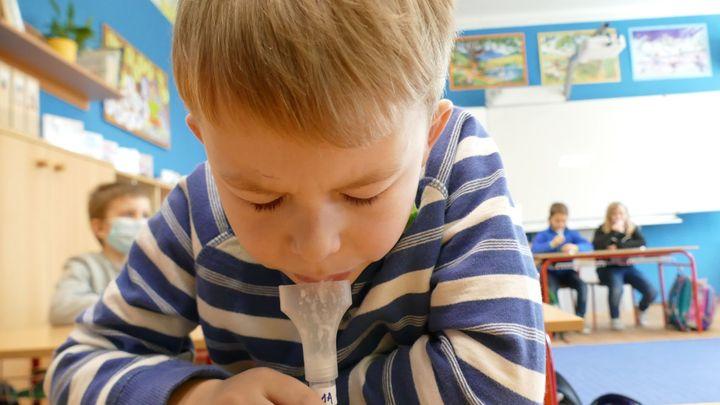 Otevřít školy s čínskými testy je riziko, říkají experti. Je nutné použít PCR testy
