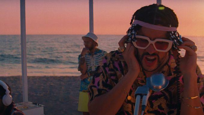Skladbu Dákiti natočili Bad Bunny s portorikánským zpěvákem Jhayem Cortezem.
