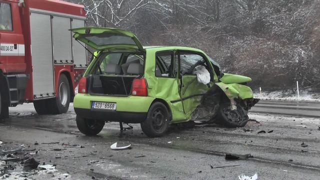 f91f2ac36 Sněžení komplikuje dopravu na Moravě. Řidiči nezvládají zhoršenou sjízdnost
