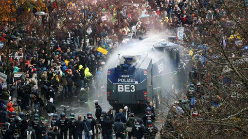 Demonstrující odpůrci karanténních opatření v Berlíně