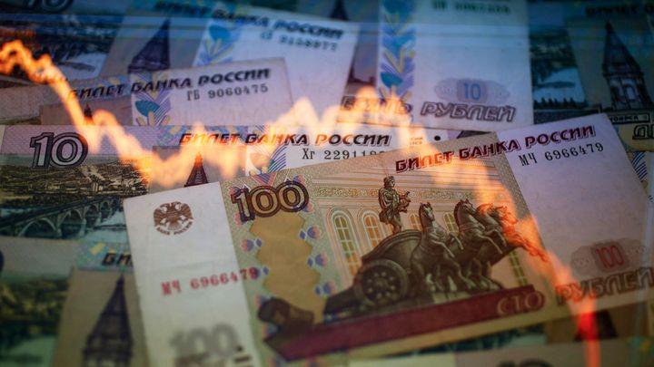 Rusko míří do recese, připustil Kreml. Rubl dál slábne
