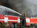 V Horním Maršově hoří chátrající barokní zámek, hasiči vyhlásili třetí stupeň poplachu