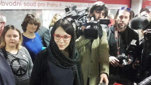 f56c2e3154c O soudní líčení měli mimořádný zájem novináři. Na snímku v šátku  místopředsedkyně Strany zelených Monika