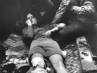 Poznáte zraněnou dívku na fotce z roku 1968? Před Rozhlasem šlo o život, vzpomíná fotograf