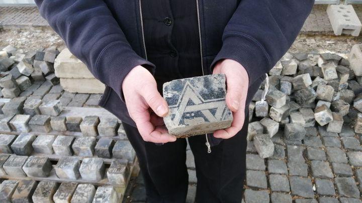 V centru Prahy se našly stovky dlažebních kostek z rozřezaných židovských náhrobků