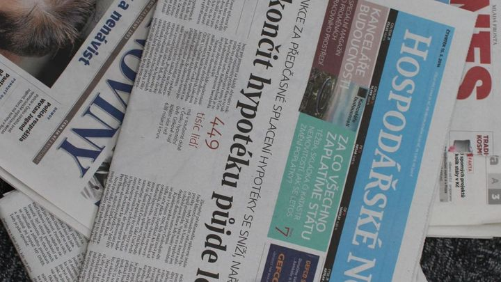Čtenost novin klesla, polepšily si jen Blesk a HN
