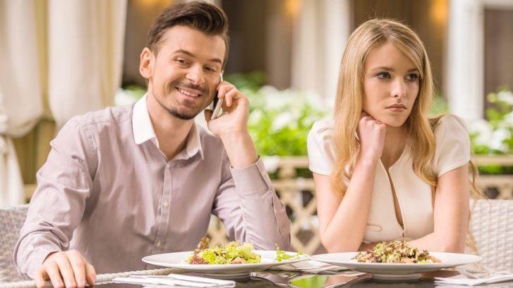 V případě, že tvá ex randí s někým novým, za žádnou cenu mu nedávej najevo, že ji chceš získat zpět.