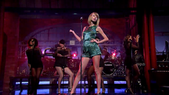 Taylor Swift zazpívala song Welcome to New York v ow Davida Lettermana.