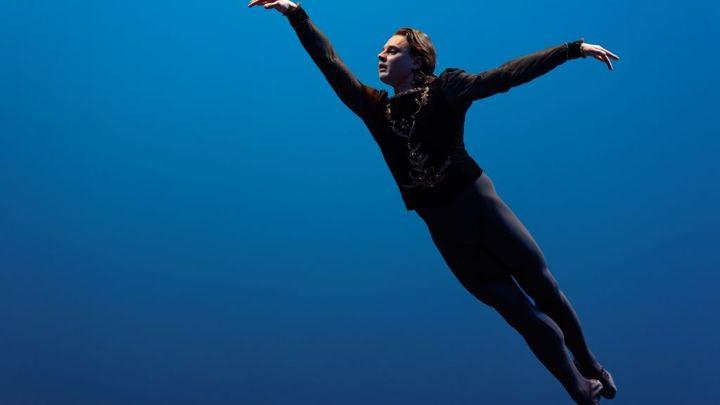V Moskvě měl premiéru kontroverzní ruský balet o tanečníkovi Nurejevovi. Režisér je v domácím vězení