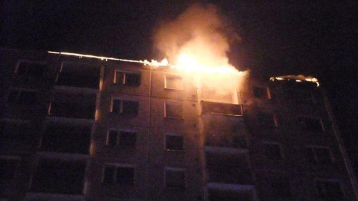 Policie: Smrt dvou lidí v Jirkově zavinil žhář. Kvůli sporům polil dveře bytu hořlavinou a zapálil