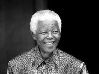 """Foto: Před 100 lety se narodil """"otec demokracie"""". Příběh Nelsona Mandely na historických snímcích"""
