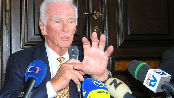 Eugene Cernan shares some of his views with president Klaus