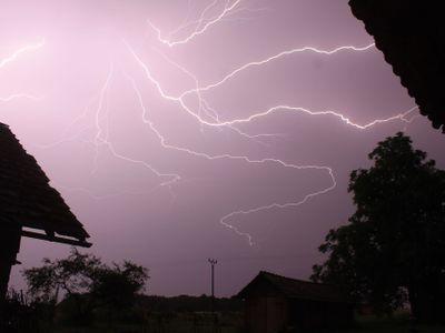Tropické vedro střídají silné bouřky. Meteorologové varují před vydatnými dešti, hrozí i povodně