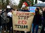 Putinovy opičky propagují Sputnik, ideologický kalašnikov pálící dávky proti EU
