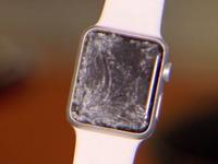 Škrábance a prasklý displej. Lidé si stěžují na Apple Watch