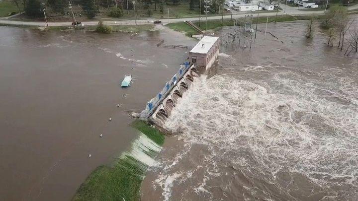 V Michiganu se protrhly dvě přehrady. Tisíce lidí se musí evakuovat