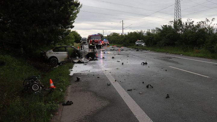 Na Hradecku se čelně střetla dvě auta. Tři lidé zemřeli, dítě je těžce zraněné