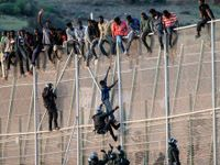 Stovky běženců pronikly do španělské enklávy Melilla, jeden zemřel na infarkt