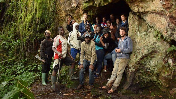 Čech žije uprostřed zanikajícího kamerunského lesa. Učí místní obyvatele sázet stromy i včelařit