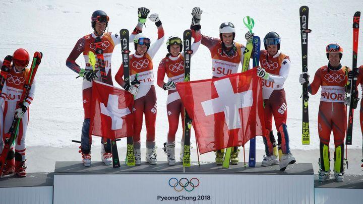 Švýcaři vyhráli závod družstev, Holdenerová má třetí medaili