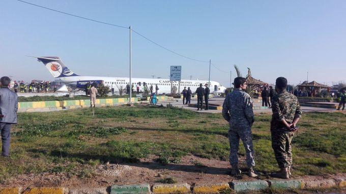 Letadlo v Íránu sjelo z přistávací dráhy, zastavilo se až na ulici