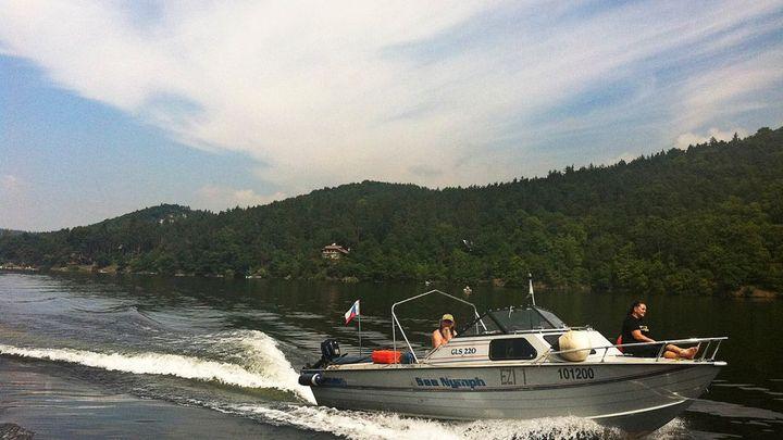 Na řeky a vodní plochy už mohou lodě se spalovacím motorem