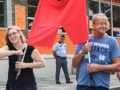 Fotoreportáž: Zemana v Ústeckém kraji vítaly i rudé trenýrky. Devianti, prohlásil prezident