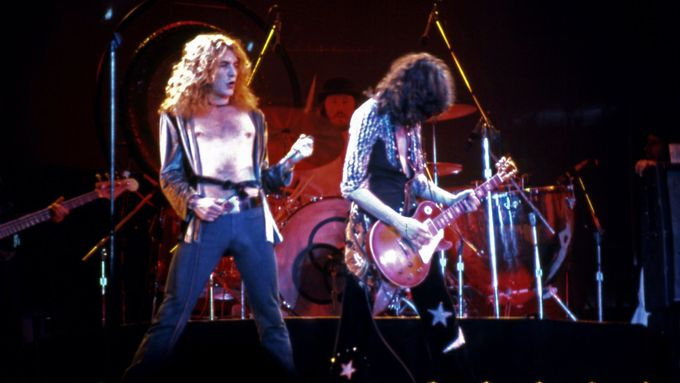 Robert Plant a Jimmy Page z Led Zeppelin roku 1975 na turné po USA.