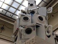 Stroj na zemětřesení v Rudolfinu. Umění má spíš zlobit než zdobit, říká o pyramidě z praček Kintera