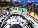 Češi nakupují o téměř třetinu levněji, než je průměr EU. Projděte si nové porovnání
