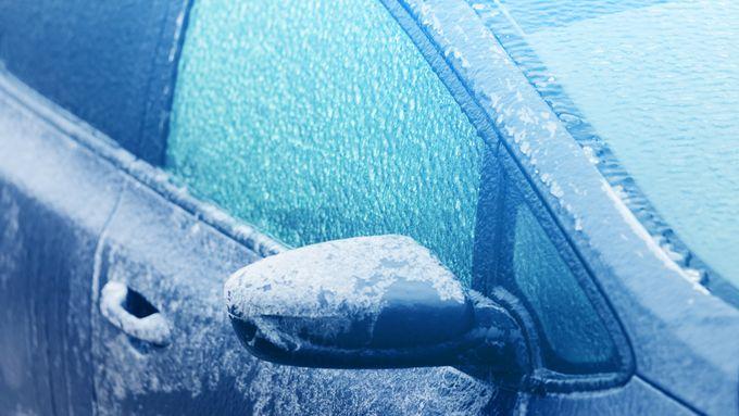 Pozor na silný vítr a ledovku, varují meteorologové. Klouzat mohou chodníky i silnice