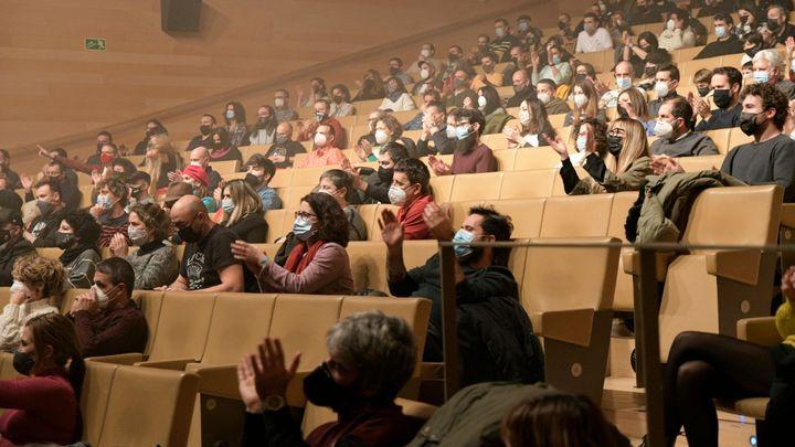 Ve Španělsku fungují divadla a kina. Lidé mají roušky, pořadatelé jim měří teplotu