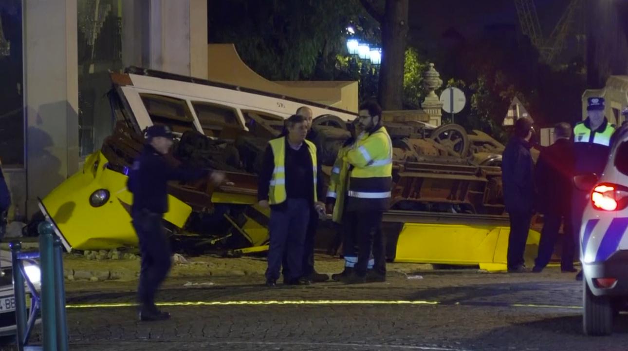 V Lisabonu havarovala tramvaj s turisty. Desítky zraněných