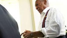 Bill Cosby v poutech. Legendární komik byl odsouzen za znásilnění