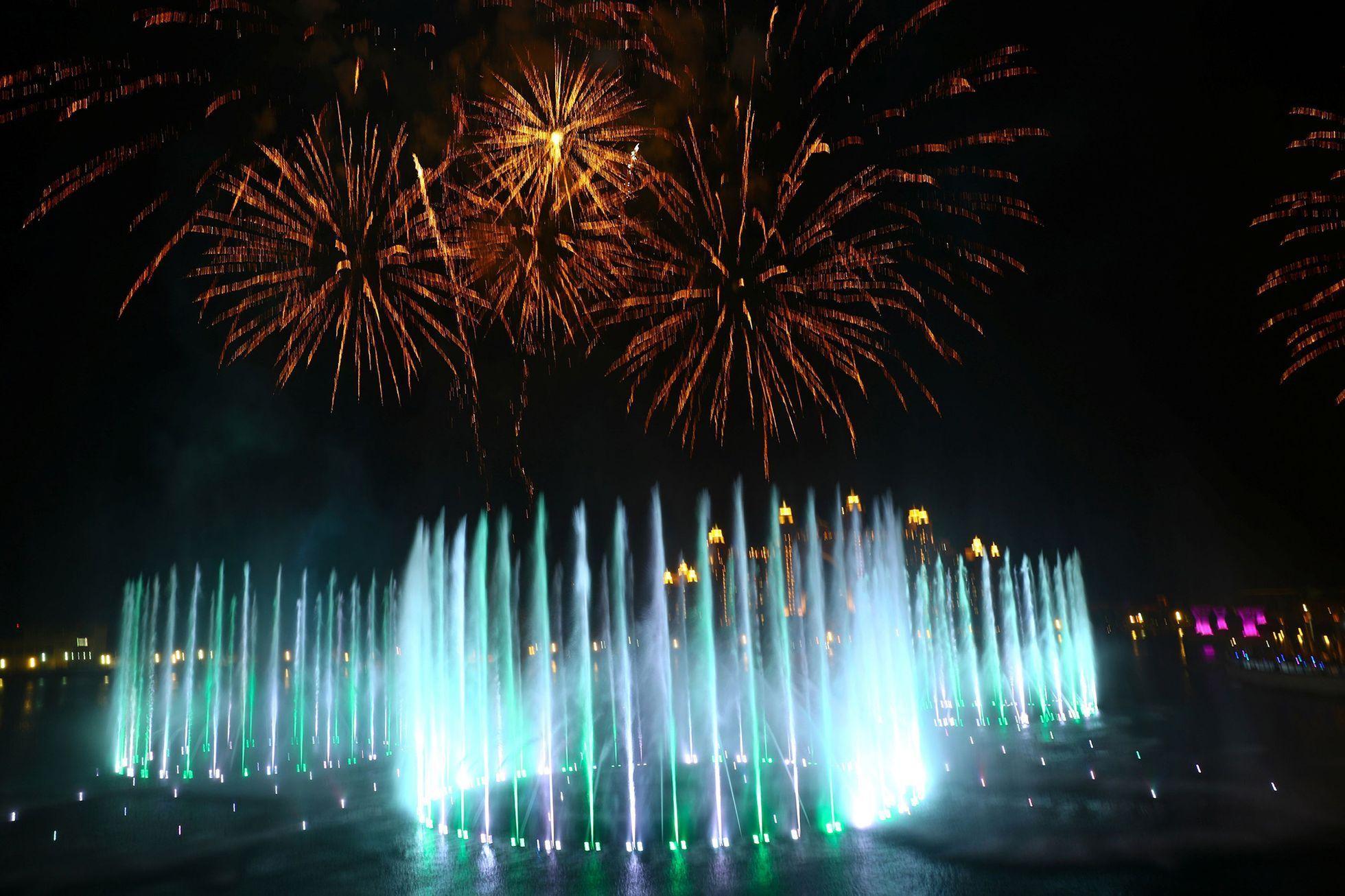 Foto: Dubaj má největší fontánu na světě, zapsali ji do Guinnessovy knihy  rekordů - Aktuálně.cz