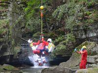 Žena u Satinských vodopádů spadla ze srázu, záchranáři ji ze strže vytáhli lanem přímo do vrtulníku