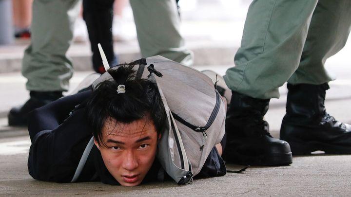 """""""Je to dárek od Číny pro Hongkong."""" Přísný zákon vyhnal do ulic demonstranty"""